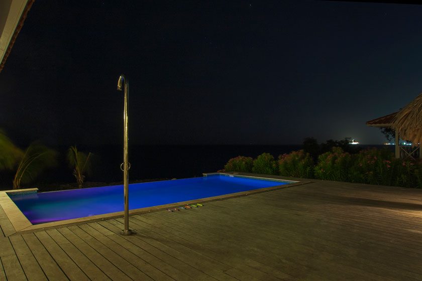 Vakantiehuis Curacao HappyView pool en douche by night